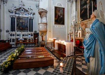Varios ataúdes con cuerpos, a la espera de ser transportados al cementerio, en la iglesia de Serina, cerca de Bérgamo, en el norte de Italia, Foto: Claudio Furlan/LaPresse vía AP.