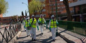 Soldados de la Guardia Real española desinfectan un hospital para evitar la propagación del nuevo coronavirus, en Madrid, España, el domingo 29 de marzo de 2020. Foto: Bernat Armangue / AP.