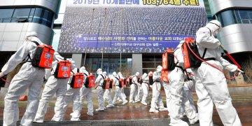 En esta foto del 1 de marzo del 2020,  soldados sudcoreanos con trajes protectores fumigan desinfectante para prevenir la diseminación del coronavirus en la ciudad de Daegu.  (Lee Moo-ryul/Newsis via AP)