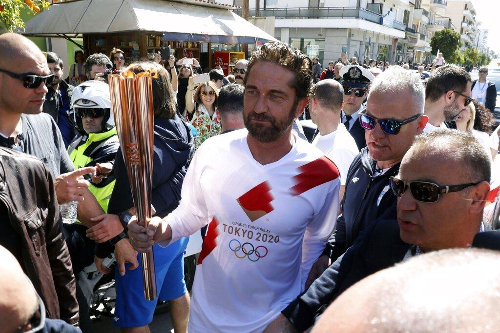 El actor estadounidense Gerard Butler corre en el relevo d ela antorcha olimpica de los Juegos de Tokio 2020 en la ciudad griega de Esparta el viernes, 13 de marzo del 2020. Foto: AP