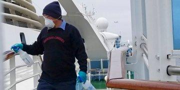 Un empleado desinfecta un barandal en el crucero Grand Princess, anclado frente a la costa de California, el jueves 5 de marzo de 2020. Foto: Michele Smith vía AP.