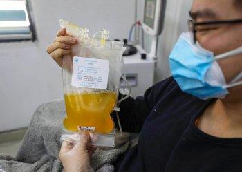 El doctor Zhou Min, un paciente recuperado del COVID-19, dona plasma en el banco de sangre en Wuhan, China. Foto: Chinatopix vía AP.