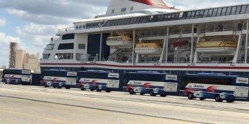 Ómnibus frente al crucero británico MS Braemar, con cinco casos confirmados de COVID-19, para el traslado de sus pasajeros luego de que atracara en la mañana de este miércoles 18 de marzo de 2020 en el puerto de Mariel, al oeste de La Habana. Foto: ACN / Facebook
