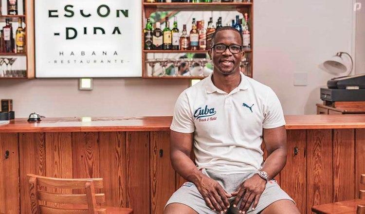 """Dayron Robles en su restaurante """"La Escondida Habana"""". Foto: Hansel Leyva/Playoff Magazine."""