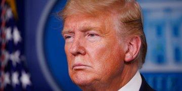 El presidente Donald Trump escucha durante una sesión informativa sobre el coronavirus en la Casa Blanca, Washington, el lunes 23 de marzo de 2020. Foto: Alex Brandon / AP.