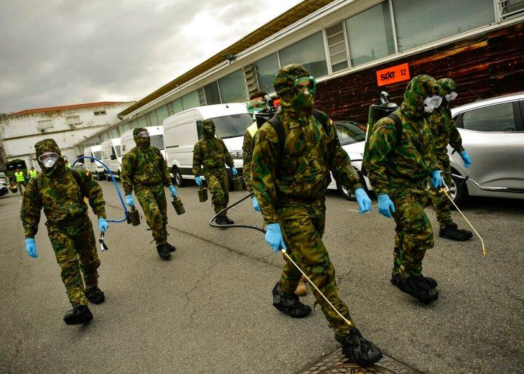 Trabajadores de salud desinfectan zonas en la estación de trenes Abando en Bilbao, España, marzo del 2020.  Foto: AP Photo/Alvaro Barrientos.