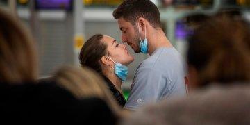 Una pareja se besa en el aeropuerto de Barcelona, España, el 12 de marzo de 2020. Foto: AP/Emilio Morenatti.