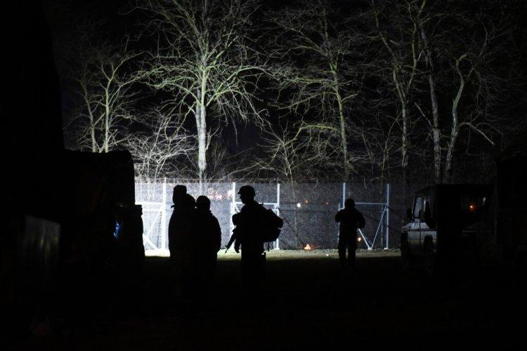 Soldados griegos vigilan la puerta fronteriza de Kastanies en la frontera con Turquía, el sábado 29 de febrero de 2020. Foto: Giannis Papanikos / AP.