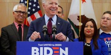 El precandidato presidencial demócrata Joe Biden habla el miércoles 4 de marzo de 2020, en un acto de campaña en Los Ángeles. Foto: Marcio José Sánchez / AP.