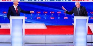 El exvicepresidente Joe Biden, izquierda, y el senador Bernie Sanders participan en un debate por la candidatura demócrata a la presidencia en los estudios de CNN en Washington, el domingo 15 de marzo de 2020. Foto: AP/Evan Vucci.