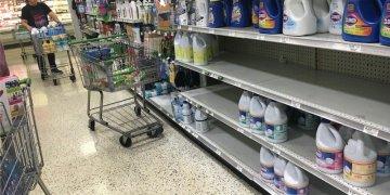 En un supermercado de Miami, la lejía desinfectante vuela de los anaqueles. | Rui Ferreira.