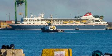 El crucero MS Braemar, con cinco casos confirmados de COVID-19 a bordo, tras su llegada al puerto cubano del Mariel, desde donde fueron evacuados sus pasajeros y parte de sus tripulantes, para su salida rumbo al Reino Unido, el miércoles 18 de marzo de 2020. Foto: Otmaro Rodríguez.