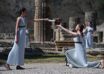 Mujeres vestidas de sacerdotisas participan en la ceremonia de encendido de la llama olímpica en la antigua Olimpia. Foto: Yorgos Karahalis/AP.