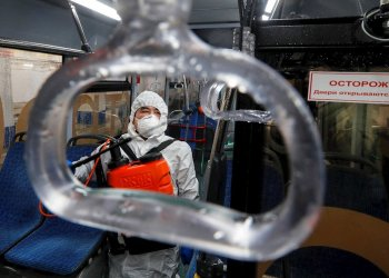 Un trabajador desinfecta el interior de un autobús de pasajeros en Moscú, Rusia, el 20 de marzo de 2020. Todos los vehículos urbanos se lavan con desinfectantes varias veces al día. Foto: Sergei Ilnitsky/EFE/EPA.