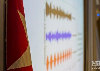 """Diapositiva de ondas sonoras relacionadas con los suspuestos ataques sónicos sufridos por diplomáticos norteamericanos en Cuba, presentada durante los debates del evento """"Is There a Havana´s Syndrome?"""", realizado en el Centro de Neurociencias de Cuba los días 2 y 3 de marzo de 2020. Foto: Otmaro Rodríguez."""