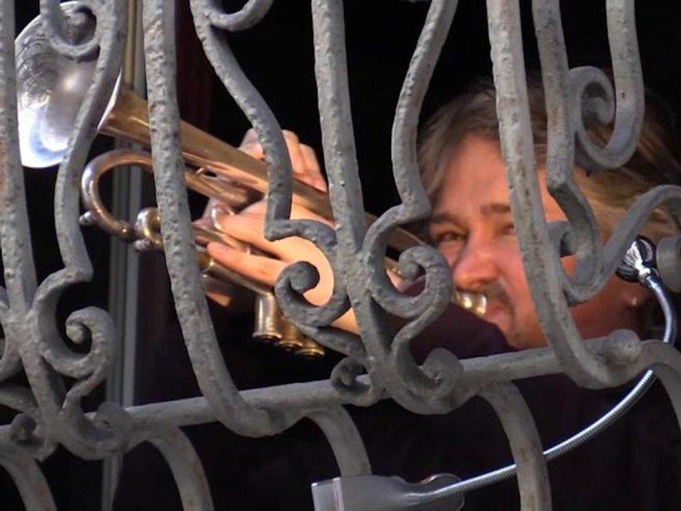 El trompetista Raffaele Kohler, toca desde su balcón en Milán, Italia. Foto: corriere.it