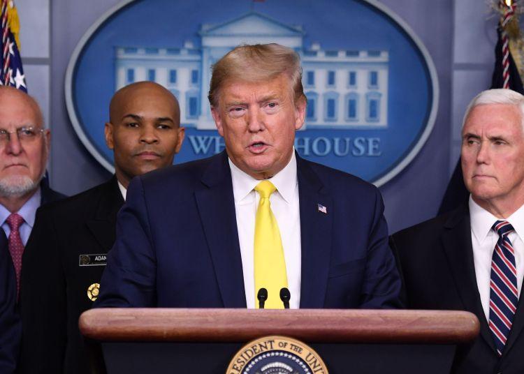 El cirujano general de EE.UU,  Jerome Adams (segundo de izquierda a derecha) durante una conferencia de prensa del presidente Trump en la Casa Blanca. Foto: Saul Loeb/AFP.