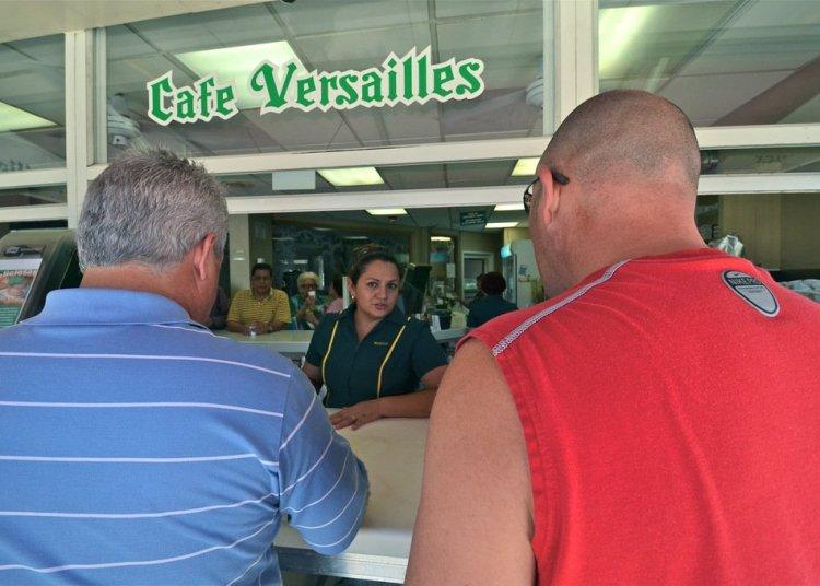 """La ventanilla a la calle, el espacio más popular del """"Versailles"""", donde todos los días despachan 15 kilos de café. Foto: Rui Ferreira (Archivo)."""