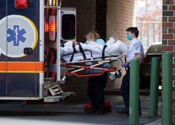 Una ambulancia descarga un enfermo de coronavirus en un hospital de Chelsea, Massachusetts. | EFE/CJ GUNTHER