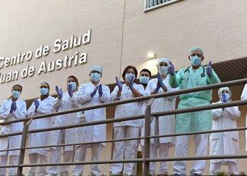 Personal sanitario del Centro de Salud Juan de Austria de Alcalá de Henares devuelven los aplausos durante el homenaje diario por parte de los vecinos por su labor en la lucha contra la pandemia del coronavirus. EFE/ Fernando Villar