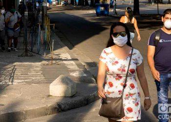 Personas con nasobuco por las calles del Vedado, La Habana. Fotos: Otmaro Rodríguez.