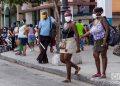 Personas usando nasobuco en La Habana, como medida de protección ante la pandemia de coronavirus. Foto: Otmaro Rodríguez.