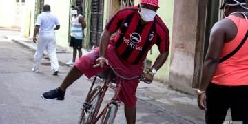 La Habana: un hombre se traslada en bicicleta a su trabajo en tiempos de coronavirus. Foto: Otmaro Rodríguez