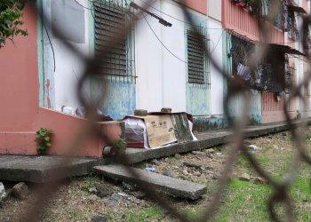 Un ataúd con el cuerpo de una persona que supuestmente murió de coronavirus, aparece envuelto en plástico y cubierto en cartón afuera de un bloque de departamentos en Guayaquil, Ecuador, el jueves 2 de abril de 2020. Foto: Filiberto Faustos.