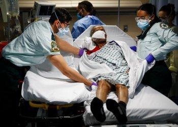 Fotografía de archivo del 20 de abril de 2020 de técnicos de emergencias médicas transportando a un paciente de un albergue de ancianos a una sala de emergencias en el hospital St. Joseph's en Yonkers, Nueva York. (AP Foto/John Minchillo, Archivo)