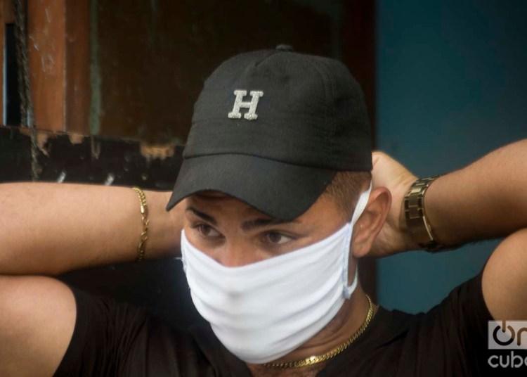 Un habanero se pone un nasobuco como medida de protección ante la pandemia de coronavirus. Foto: Otmaro Rodríguez.