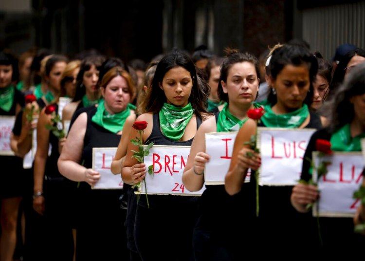 Mujeres marchando desde el Congreso Nacional a la Plaza de Mayo, cada una con una flor y un cartel con el nombre de una mujer asesinada en 2020, durante el Día Internacional de la Mujer en Buenos Aires, Argentina, el domingo 8 de marzo de 2020. (AP Foto/Natacha Pisarenko)
