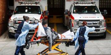 Pacientes son trasladados al Centro Médico Wyckoff Heights el martes 7 de abril de 2020. (AP Foto/John Minchillo)