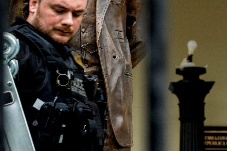 Un investigador trabaja luego de que la policía en Washington arrestara a un hombre que abrió fuego contra la embajada de Cuba en la capital estadounidense el jueves, 30 de abril del 2020. Foto: Andrew Harnik/AP.