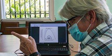 El decano de la Facultad de Matemática de la Universidad de La Habana, Raúl Guinovart, muestra los modelos para una fase endémica de la Covid-19 en Cuba. Foto: cubadebate.cu