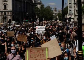 Cientos de personas marchan hacia Parliament Square, en el centro de Londres, el domingo 31 de mayo de 2020, en protesta por la muerte del afro-americano George Floyd. Foto: Matt Dunham/AP.