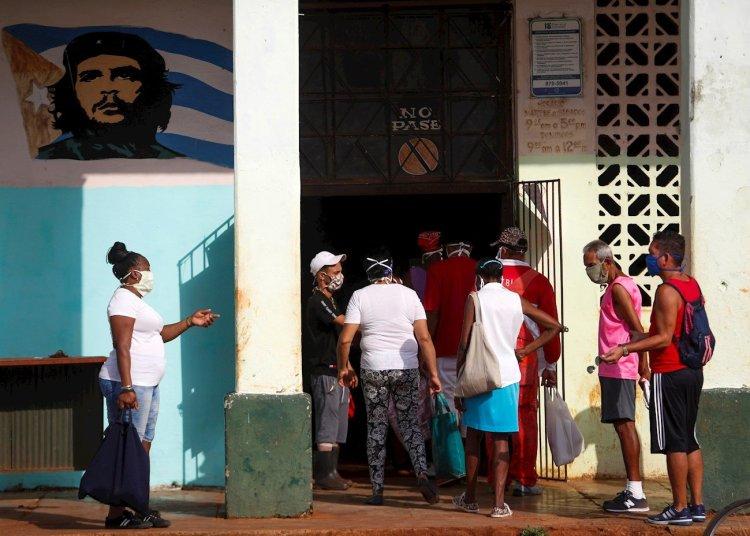 Un grupo de personas hacen fila para comprar en un mercado agropecuario, este lunes en La Habana.  (Cuba) EFE/Yander Zamora