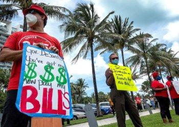 Trabajadores desempleados fueron registrados protestan en Miami Beach (Florida, EE.UU.) durante la pandemia de coronavirus. Foto: Cristóbal Herrera / EFE.