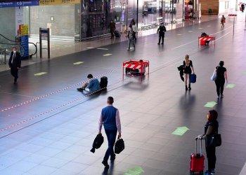 Las personas siguen las direcciones indicadas con flechas en el piso al interior de la estación de tren Termini en Roma, el lunes 4 de mayo de 2020. (Alfredo Falcone/LaPresse vía AP)