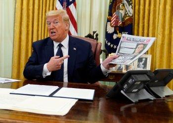 El presidente de Estados Unidos, Donald Trump, sostiene una copia del diario New York Post mientras habla antes de firmar una orden ejecutiva que busca limitar las protecciones a las grandes redes sociales, en la Oficina Oval de la Casa Blanca, el 28 de mayo de 2020, en Washington. Foto: Evan Vucci/AP