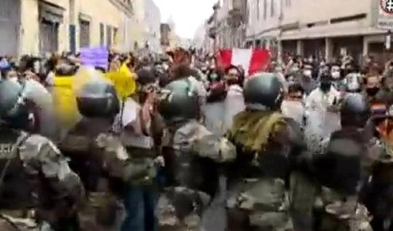 Manifestantes y policías