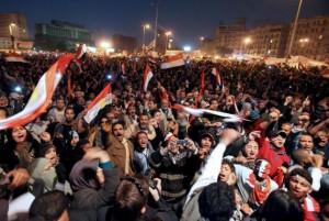 MILES DE EGIPCIOS CELEBRAN LA RENUNCIA DE MUBARAK