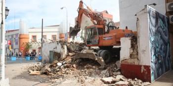 El Ayuntamiento derriba dos casas deshabitadas en el final de la calle de la Plaza