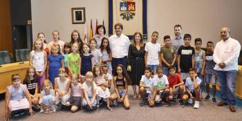 El alcalde recibe a los menos saharauis y bielorrusos en el Ayuntamiento