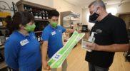 Reparto de geles y mascarillas a los comercios dentro de la campaña 'Alíate con Fuenlabrada'