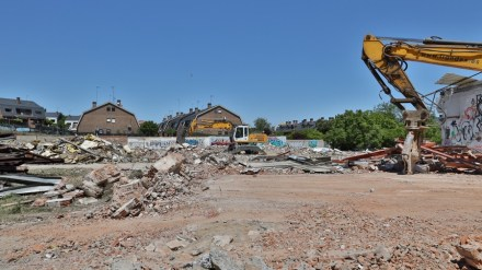 Comienza la demolición del antiguo concesionario de coches de la calle Móstoles