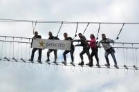 Turisti con logo Esercito sul Ponte della Luna a Sasso di Castalda