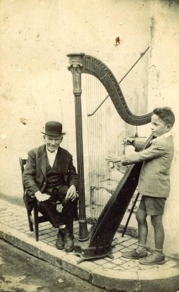 Il piccolo Luigi Milano con il nonno.jpg