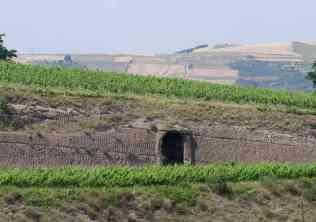 Grotta scavata nel tufo