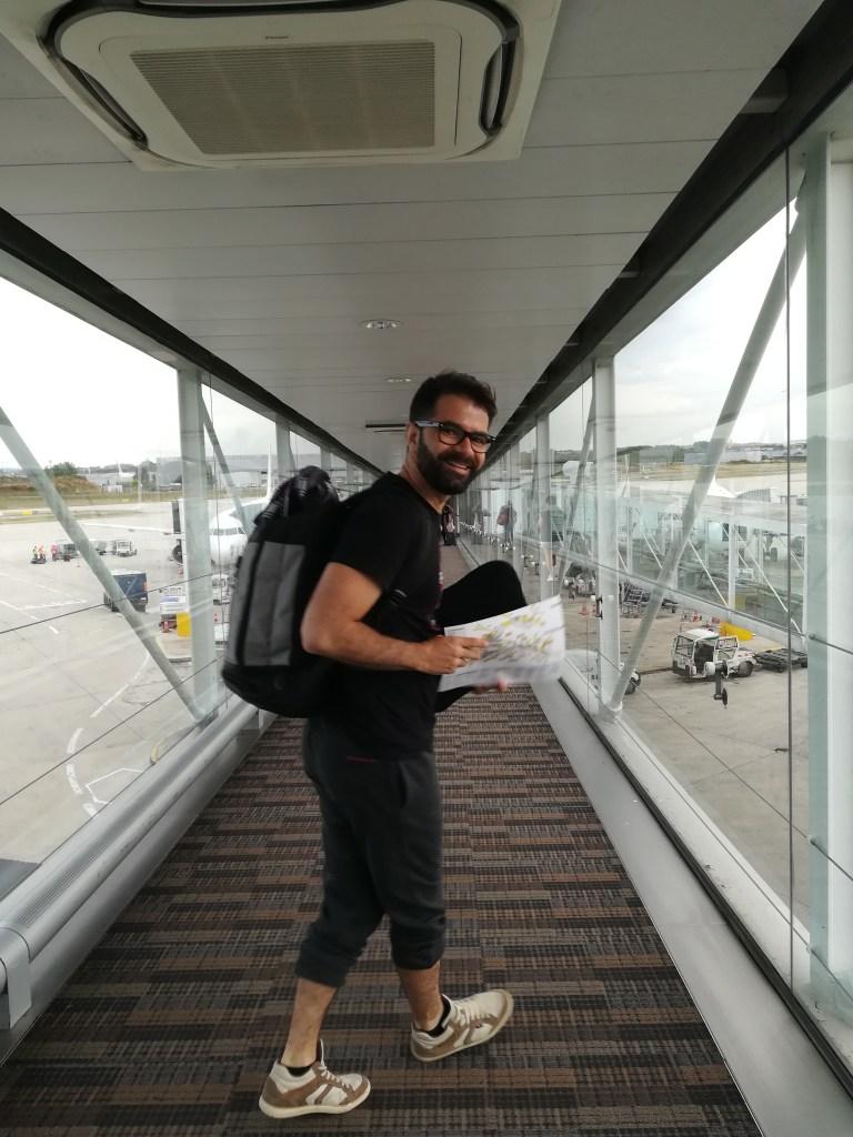 homme dans le couloir d'embarquement d'un avion