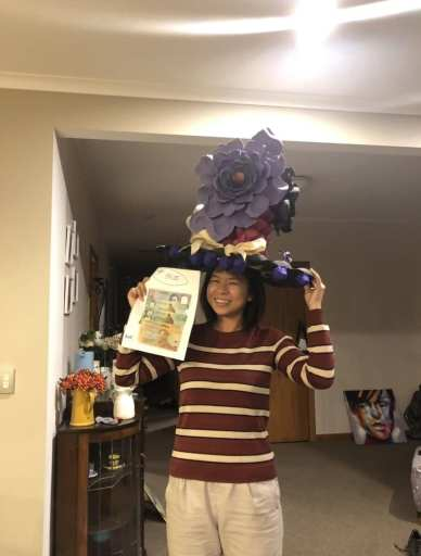 jeune femme portant un chapeau fabriqué avec du recyclage